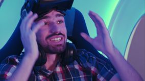 Jeune homme stupéfait laissé sans voix après session de réalité virtuelle Photographie stock