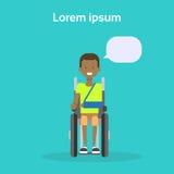 Jeune homme sur l'Afro-américain heureux Sit On Wheelchair Disability Concept de sourire handicapé masculin de fauteuil roulant Images libres de droits