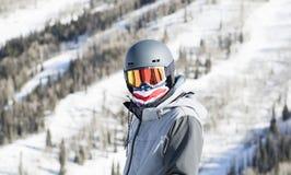 Jeune homme sur la montagne à une station de vacances dans le Colorado prêt à skier photo libre de droits