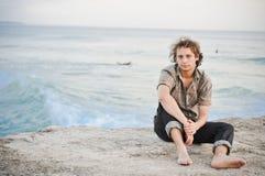Jeune homme sur la plage Photographie stock libre de droits