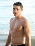 Jeune homme sur la plage Image stock