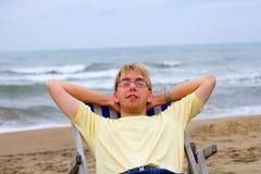 Jeune homme sur la plage de mer Image stock