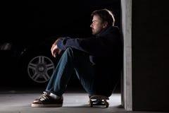 Jeune homme sur la planche à roulettes Photo stock