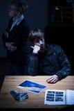 Jeune homme sur le commissariat de police Images stock