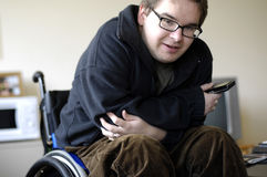 Jeune homme sur le fauteuil roulant Photo libre de droits
