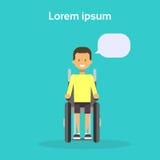 Jeune homme sur le fauteuil roulant Sit On Wheelchair Disability Concept de sourire handicapé masculin heureux Photographie stock libre de droits