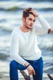 Jeune homme sur le fond de mer plage d'automne images stock