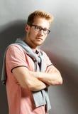 Jeune homme sur le fond gris Images libres de droits