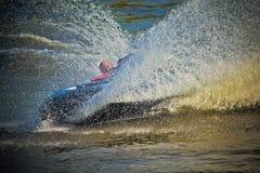 Jeune homme sur le jet-ski tournant autour photographie stock libre de droits