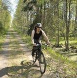 Jeune homme sur le montagne-vélo images libres de droits