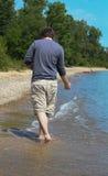 Jeune homme sur le rivage 2 de plage photographie stock
