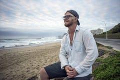 Jeune homme sur le sourire de plage Image stock