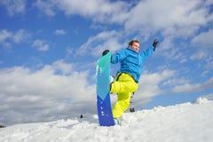 Jeune homme sur le surf des neiges Images stock