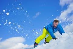 Jeune homme sur le surf des neiges Image stock