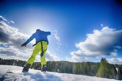 Jeune homme sur le surf des neiges Images libres de droits