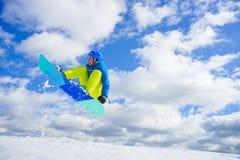 Jeune homme sur le surf des neiges Photo stock