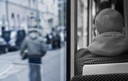 Jeune homme sur un bus Image stock