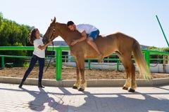Jeune homme sur un cheval brun sans selle Image libre de droits