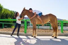Jeune homme sur un cheval brun sans selle Photos stock