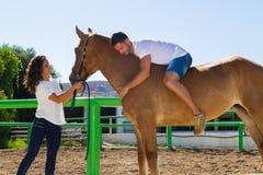 Jeune homme sur un cheval brun sans selle Images stock