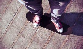 Jeune homme sur un panneau de patin Photographie stock