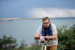 Jeune homme sur une bicyclette Photographie stock