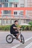 Jeune homme sur une bicyclette, Pékin, Chine Images stock