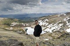 Jeune homme sur une montagne Image libre de droits