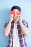 Jeune homme tenant des coeurs d'amour Photographie stock libre de droits