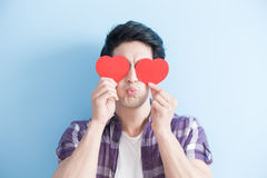 Jeune homme tenant des coeurs d'amour Photos libres de droits