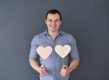 Jeune homme tenant deux coeurs Le jour de Valentine Photos libres de droits