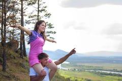 Jeune homme tenant la fille sur un cou Images stock