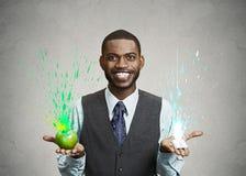 Jeune homme tenant la pomme verte et le chewing-gum dans des mains Photo libre de droits