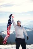 Jeune homme tenant le drapeau des Etats-Unis Photo stock
