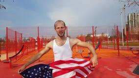 Jeune homme tenant le drapeau national américain Photo libre de droits