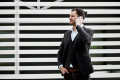 Jeune homme tenant le téléphone portable, faisant un appel, parlant sur, images libres de droits