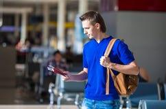 Jeune homme tenant les passeports et la carte d'embarquement à Images libres de droits