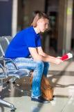 Jeune homme tenant les passeports et la carte d'embarquement à Photographie stock libre de droits