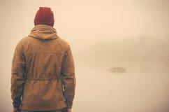 Jeune homme tenant seul extérieur Images stock
