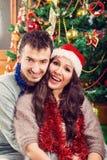 Jeune homme tenant son amie dans des ses bras sur Noël Images libres de droits