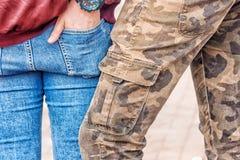 Jeune homme tenant son amie par la taille Photos libres de droits