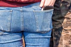 Jeune homme tenant son amie par la taille Photographie stock libre de droits