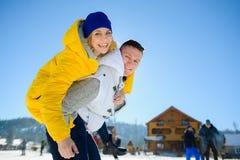 Jeune homme tenant son amie sur ses épaules Photos stock