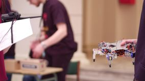 Jeune homme tenant son robot hexapode de DIY tir 4k photos stock