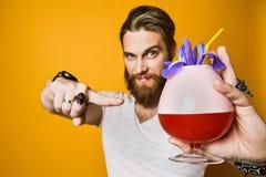 Jeune homme tenant un cocktail multicolore photos libres de droits