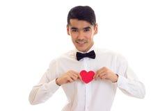 Jeune homme tenant un coeur lu Photographie stock