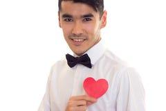 Jeune homme tenant un coeur lu Images stock