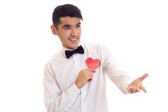 Jeune homme tenant un coeur lu Photos stock