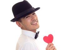 Jeune homme tenant un coeur lu Image libre de droits
