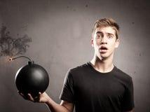 Jeune homme tenant une bombe Photos libres de droits